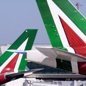 Alitalia, la resa del governo. Patuanelli: La soluzione di mercato non c'è