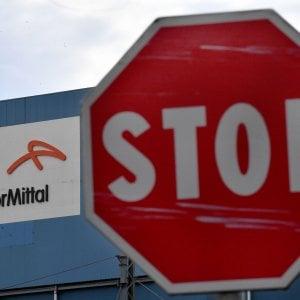 Ex Ilva, rinviata l'udienza in tribunale: Basi per trattare. ArcelorMittal non ferma l'acciaieria.