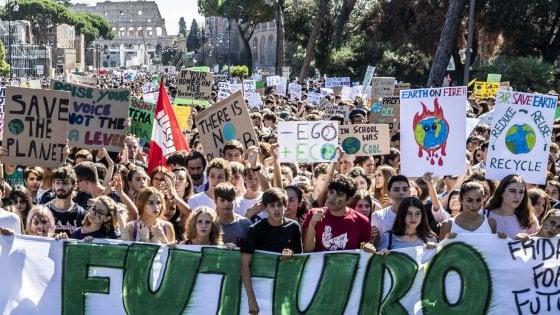 Clima, il Parlamento europeo dichiara emergenza ambientale. E i ragazzi tornano in piazza