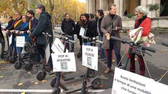 Monopattini liberi, la protesta contro multe e sequestri