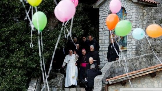 """Papa Francesco a Greccio: """"Riscoprire il presepe. Farlo in case, scuole, piazze"""""""