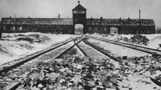 """Natale, Amazon costretta a ritirare le decorazioni a tema Auschwitz. Dal Memoriale: """"Merce inquietante"""""""
