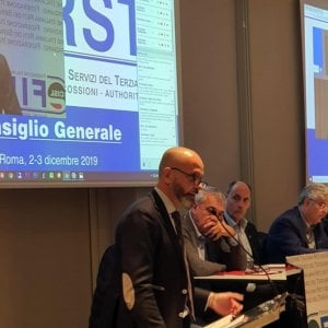 Il segretario generale di First Cisl Riccardo Colombani (a sinistra) presenta l'indagine dell'ufficio studi sul taglio dei costi e utilizzo crescente dell'Internet Banking