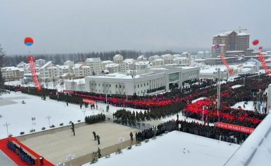 """Corea del Nord, Kim Jong-un inaugura """"la città ideale"""": impianto di sci e spazi culturali"""