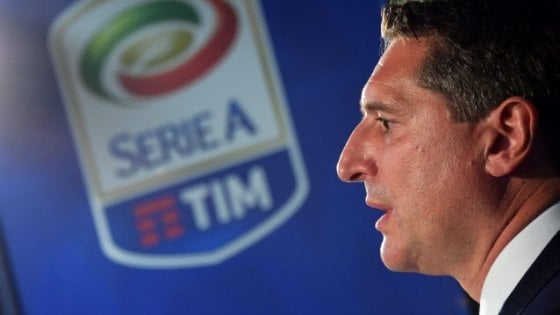 """Serie A, l'audio rubato di De Siervo: """"Cori razzisti? Spegniamo i microfoni così non si sentono"""". La Procura apre un'inchiesta"""