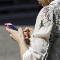 Censis, italiani incollati agli smartphone: primo e ultimo gesto della giornata
