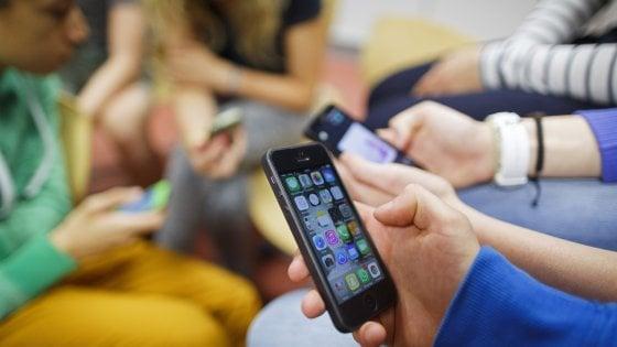 L'84% degli under 14 si iscrive ai social con età falsa. E non ne parla con mamma e papà