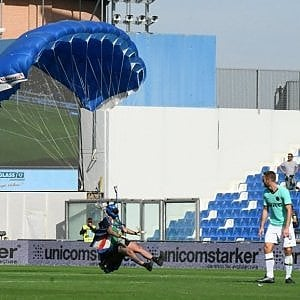 Invase lo stadio del Sassuolo col paracadute. Daspo di due a