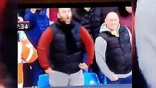 Tifoso imita gorilla davanti al giocatore: polizia lo arresta