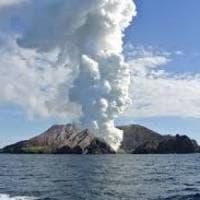 Nuova Zelanda, vulcano in eruzione sorprende gruppo di turisti: 6 morti, ancora 8 dispersi