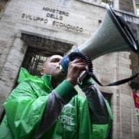 Gli operai esistono ancora e tornano in piazza: a Roma manifestazione sulle crisi industriali