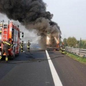 Padova, scontro tra camion su A4: un morto e autocisterna in fiamme