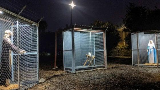 Gesù, Giuseppe e Maria in gabbia alla frontiera con il Messico: il presepe della chiesa metodista che fa discutere