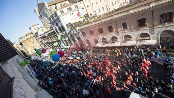 La manifestazione nazionale di Cgil, Cisl e Uil in piazza Santi Apostoli a Roma, la prima delle tre iniziative indette unitariamente che apre ''la settimana di mobilitazione per il lavoro'', e in cui confluisce anche la protesta dei lavoratori metalmeccanici dell'ex Ilva, in sciopero per 24 ore negli stabilimenti siderurgici del gruppo ArcelorMittal e nell'indotto