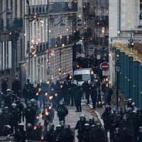 Francia, nuova ondata di scioperi. Attesa per le aperture di Macron