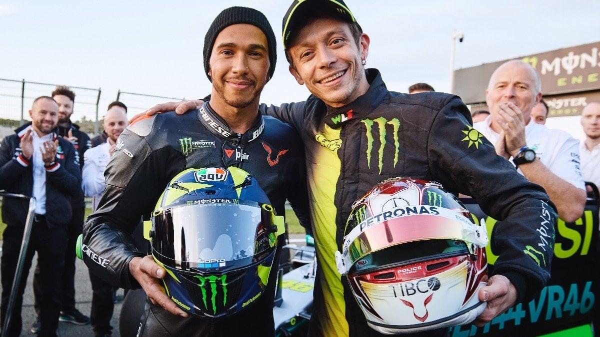 """Motori, Rossi: """"Che bello guidare la Mercedes di Hamilton, mi sono sentito un vero pilota"""". Lewis: """"Vale è una leggenda"""""""