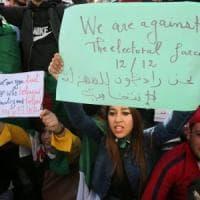 """Algeria al voto tra proteste e boicottaggi: """"Elezioni farsa"""""""