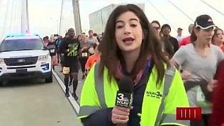 Molesta la reporter in diretta: lei resta senza parole