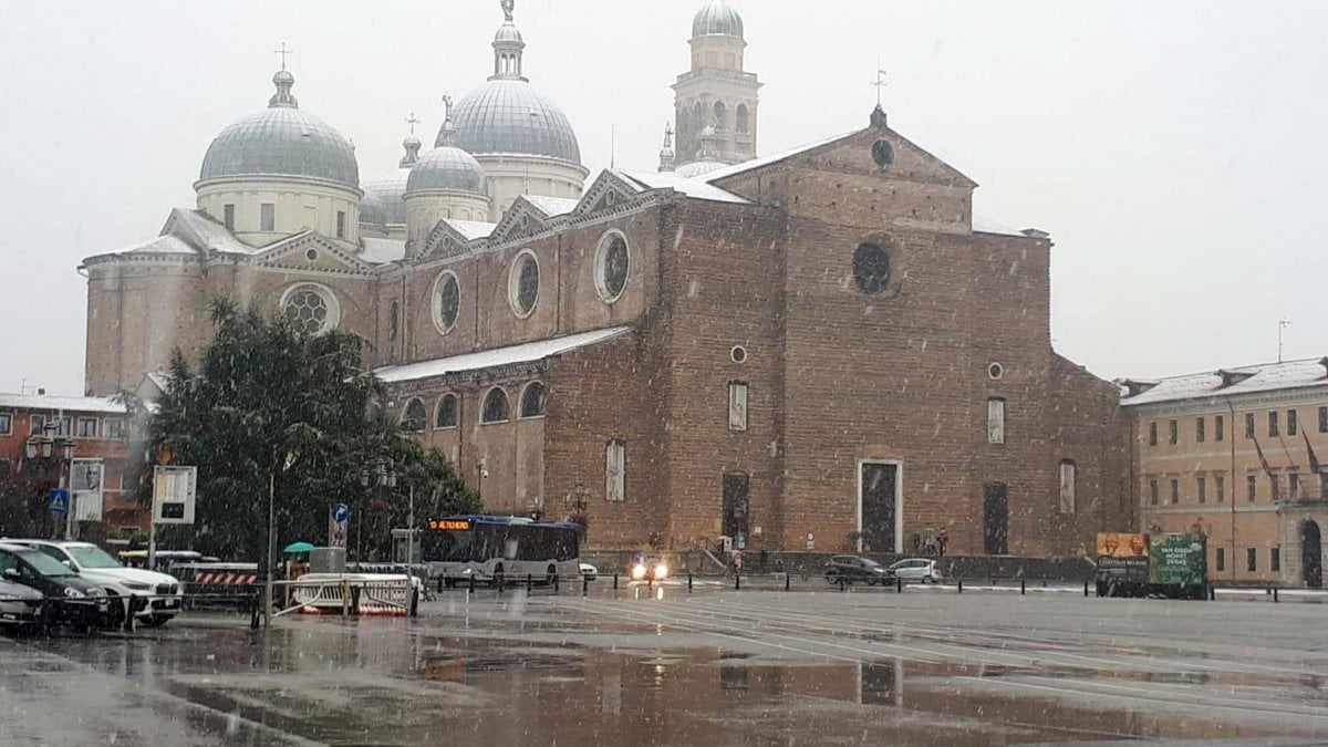 Meteo: neve a Milano e scuole chiuse a Roma e Napoli per il vento