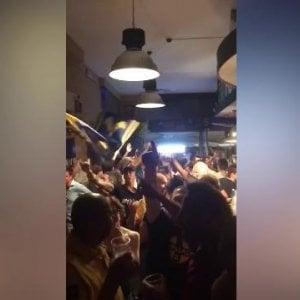 """Tifo, i cori razzisti al pub dei tifosi del Verona: """"Niente negri, lalalalalala-la…niente negri"""""""