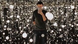 New York, in fila per un selfie:tutti pazzi per la stanza 'infinita'