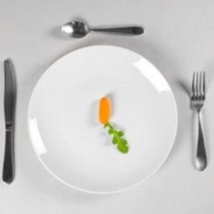 Il 7 per cento degli italiani fanno diete estreme: per le donne in gravidanza allerta danni neurologici nei feti