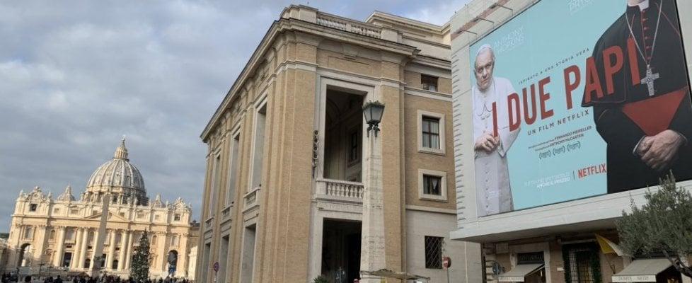 I Due Papi, il poster del film in via della Conciliazione su un palazzo del Vaticano