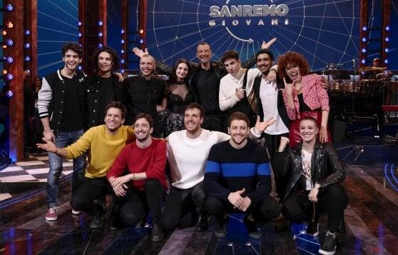 Amadeus con i vincitori della finale di Sanremo giovani