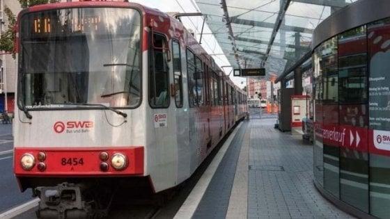 Germania, l'autista del tram sviene: i passeggeri in salvo guidano con l'aiuto della centrale