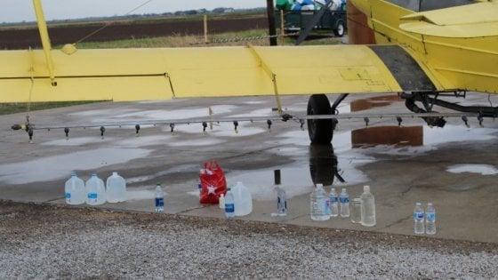Usa, pioggia di acqua santa in Louisiana: prete sparge dall'aereo 380 litri benedetti su abitanti di Cow Island