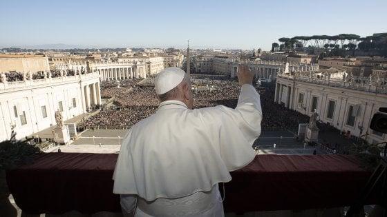 """Migranti, papa Francesco: """"Costretti da ingiustizie ad attraversare mari trasformati in cimiteri"""""""