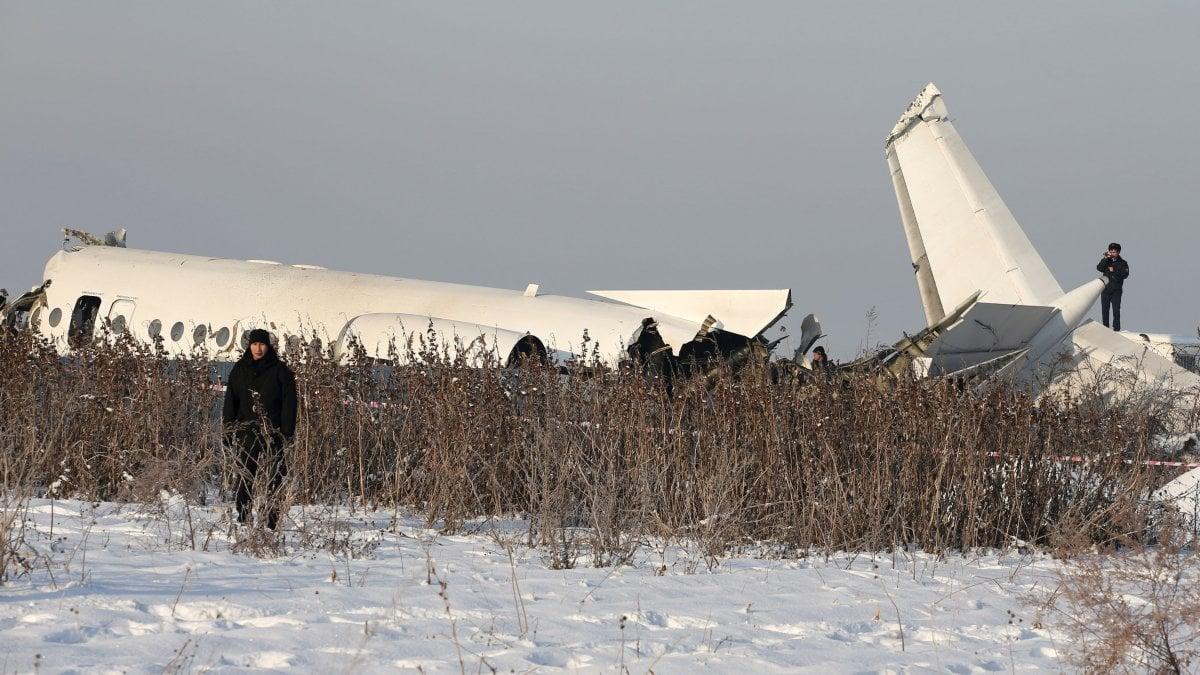 Kazakhstan, aereo con 98 persone a bordo cade vicino ad Almaty. Almeno 12 morti