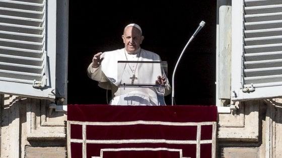 """Il Papa all'Angelus: """"Spegnete i telefonini a tavola, la famiglia torni a comunicare"""""""