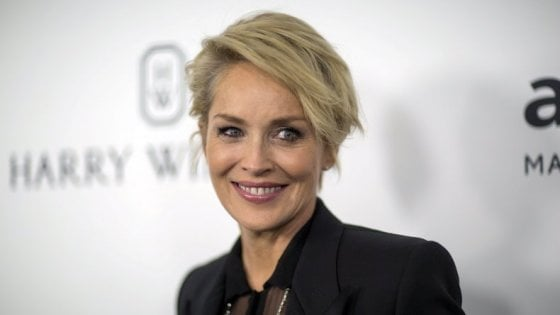 Sharon Stone cerca l'anima gemella online ma la app la blocca pensando sia un fake