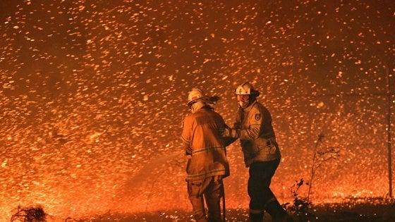 Australia, in migliaia intrappolati dalle fiamme in spiaggia: arrivano elicotteri e navi militari