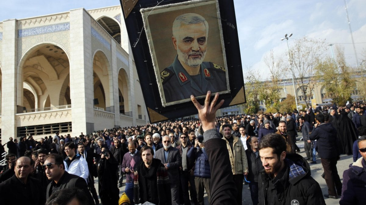 "Iran, in migliaia in piazza a Teheran attaccano Trump dopo l'uccisione di Soleimani. L'ambasciata Usa a Bagdad: ""Lasciate il Paese""."