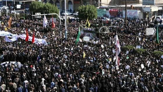 """Iran, migliaia in strada per Soleimani. Iraq: """"Via i militari della coalizione internazionale"""""""