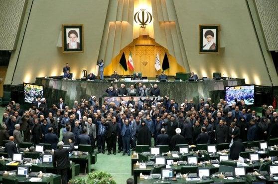 """Soleimani, Francia Germania e Gran Bretagna: """"L'Iran non esca da intesa sul nucleare"""". Trump: """"Se ci attaccano, risposta sarà sproporzionata"""""""