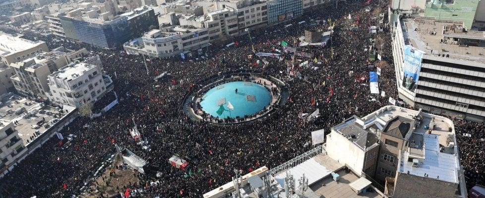 """Soleimani, milioni in piazza a Teheran: """"Per Stati Uniti un altro Vietnam"""". Giallo su lettera militari Usa: """"Ci prepariamo a lasciare l'Iraq"""""""