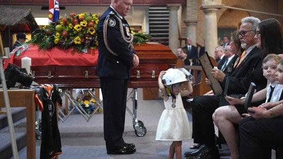 Australia, la piccola Charlotte con l'elmetto accanto alla bara del papà pompiere morto tra i roghi