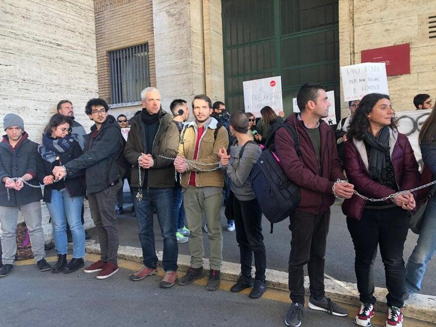 Ricercatori incatenati alla Sapienza: più fondi all'università. I presidi negli Atenei
