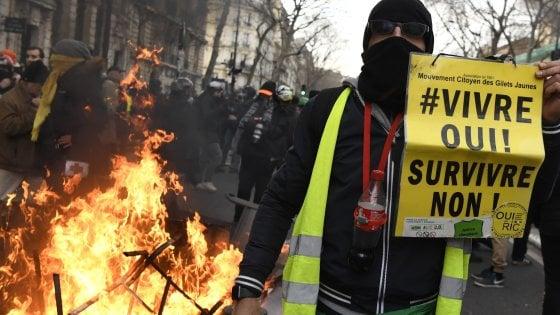 Francia, nuovi scontri sulle pensioni. Primo passo indietro del governo sulla riforma