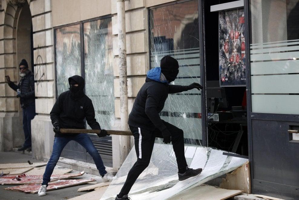 Parigi, lacrimogeni e incendi: scontri alla manifestazione contro la riforma delle pensioni