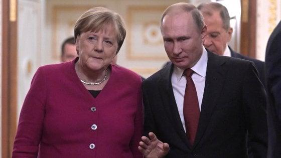 Libia, accordo Putin-Merkel per una conferenza di pace