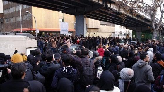 """Iran ammette: aereo abbattuto per """"errore umano"""". Rouhani: """"Imperdonabile"""". Studenti in piazza contro il regime"""