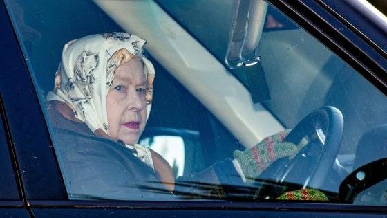 Regno Unito, Elisabetta convoca un vertice di emergenza: ci saranno Carlo, William e Harry