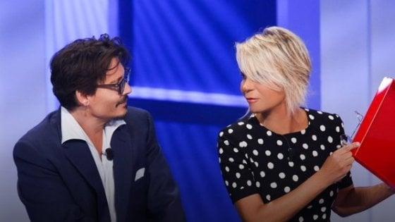 'C'è posta per te', De Filippi debutta con 6 milioni. Johnny Depp emoziona