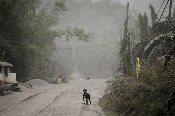 """Filippine, rischio eruzione vulcano Taal: autorità ordinano """"evacuazione totale"""" vicino alla capitale"""