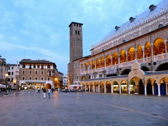 A Padova divieto di tavolini all'aperto nei mesi invernali. Il giro di vite sul decoro urbano accende la polemica