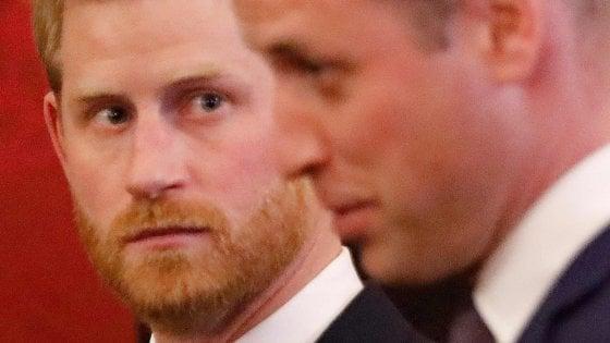 """Regno Unito in attesa del summit reale, Harry e William smentiscono i tabloid: """"Nessun veleno fra noi"""""""